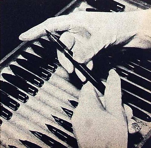 Sheaffer. Секреты производства. Финальная проверка, в белых перчатках - ручка готова к маркировке и упаковке.
