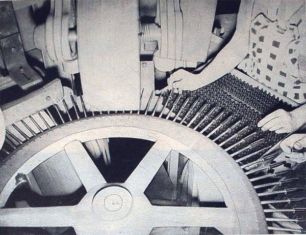 Sheaffer. Секреты производства. Автоматическая револьверная шлифовальная машина подает корпуса и колпачки к механизму, которые шлифует из с помощью ювелирных шлифовальных паст до блеска. Аналогичная машина полирует корпуса на финальной стадии с помощью специального воска.